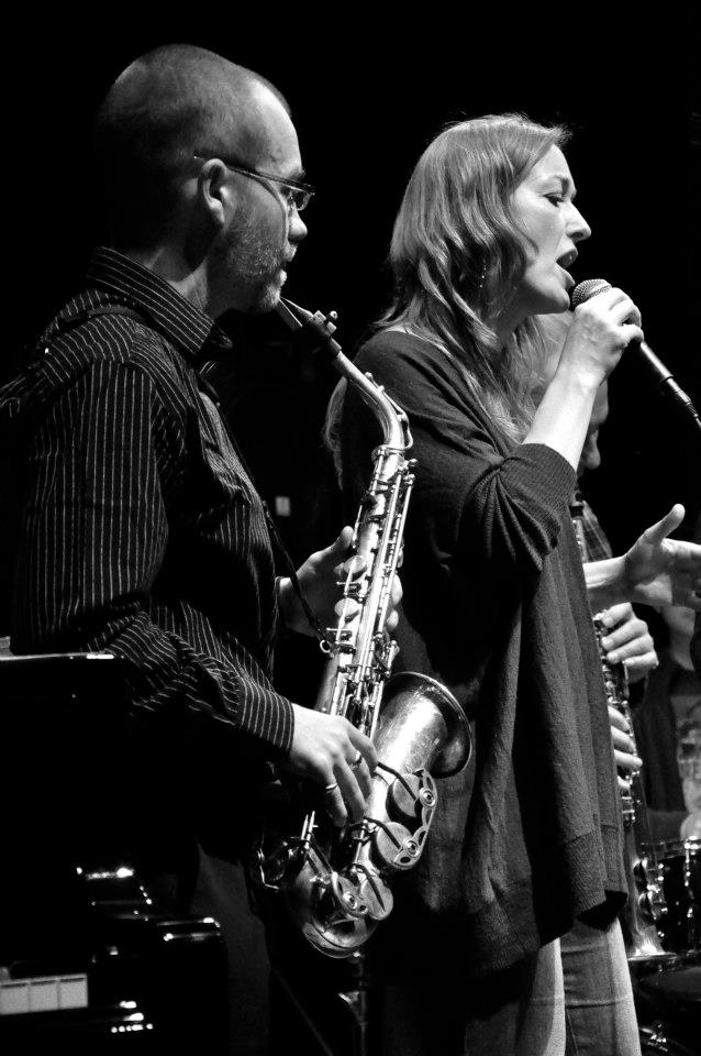 Nathalie Manceau sur la scène du Jazz Club de Dunkerque.