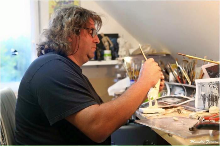 Pascal Leroux travaille chez lui, dans son atelier.