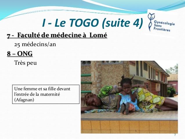 Devant une maternité, à Lomé, au Togo.
