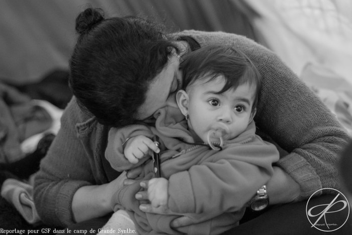 Une mère et son enfant. Camp de réfugiés de Grande Synthe. 2016...