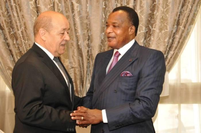 Le ministre de la Défense français, Jean-Yves Le Drian, et Sassou Nguesso, lors de la COP 21 (en partie financée par le dictateur...)