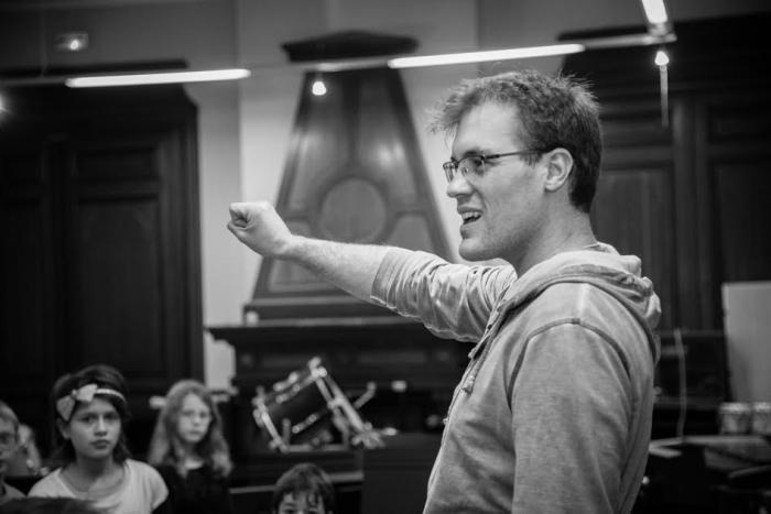 Sébastien Blanquart dirige la chorale.