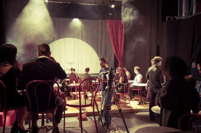 Tournage d'une scène au cabaret, sous la direction de Félix Létot.
