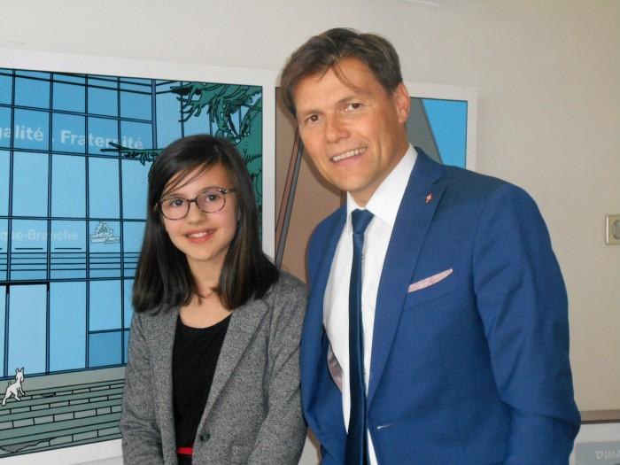 """Louise Minne et David Bailleul, devant la fresque """"façon Tintin"""" du bureau de M. le Maire."""
