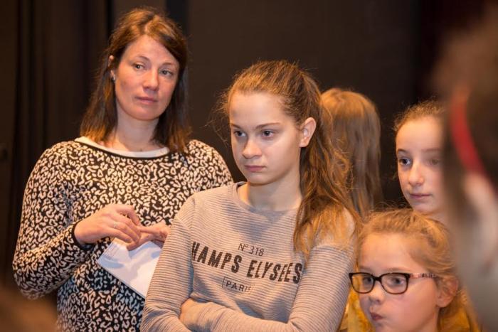 Julie Delvart, chorégraphe (à gauche) et quelques danseuses, lors d'une répétition de Misérables !