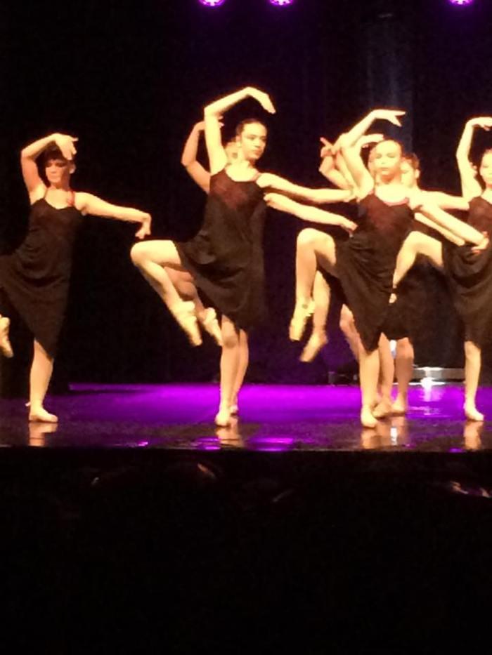 Léa, au premier plan, lors d'un gala de danse classique.