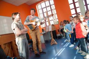Tristan répète avec les petits du PDI, et leur professeur Alain Fenet.