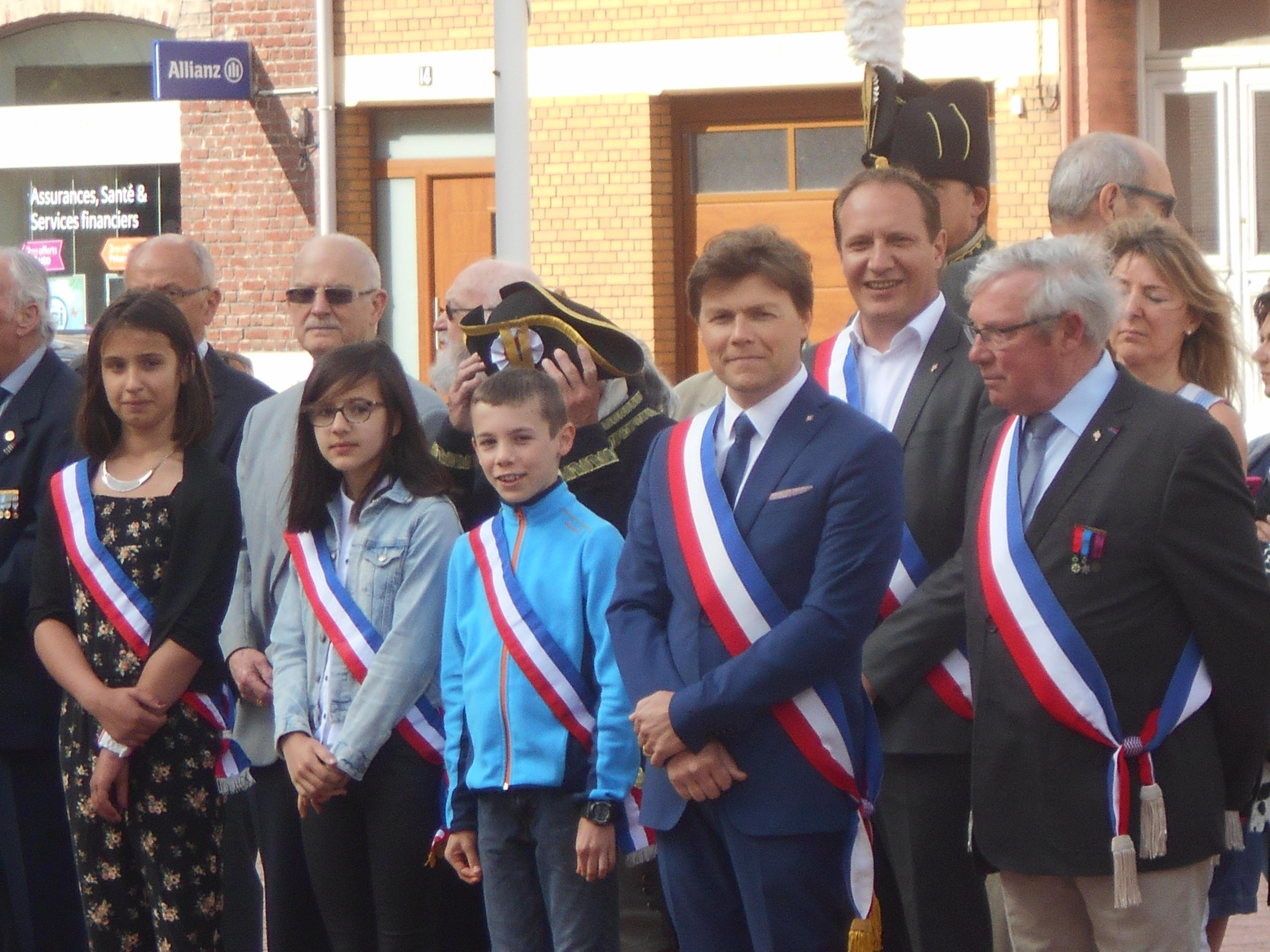 Angèle Julien, Louise Minne, Simon Weber, élus du CMJ, M.Bailleul, Maire, M.Parent, Adjoint aux Anciens Combattants.