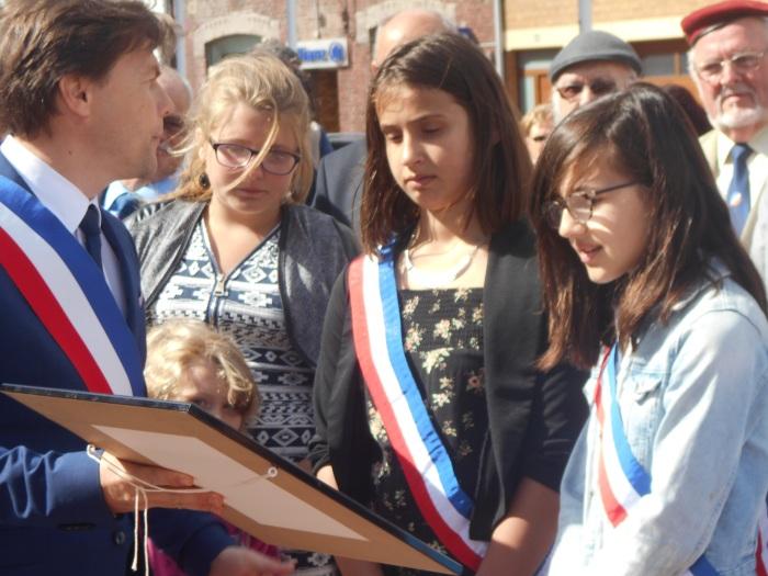 Angèle Julien au centre. Louise Minne, Maire du CMJ à droite. David Bailleul, Maire de Coudekerque Branche à gauche, le 14 juillet 2016.