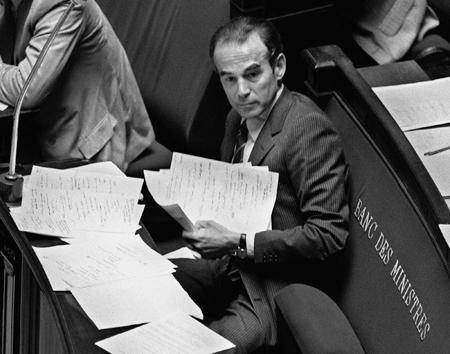 Le ministre de la Justice Robert Badinter est assis dans l'hémicycle de l'Assemblée nationale, le 17 septembre 1981 à Paris, lors de l'examen de son projet de loi sur l'abolition de la peine de mort. La peine de mort fut définitivement abolie en France le 09 octobre 1981. AFP PHOTO MICHEL CLEMENT