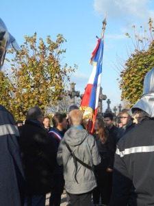 Passation du drapeau entre jeunes de deux collèges coudekerquois, sous l'œil attentif de M. David Bailleul.