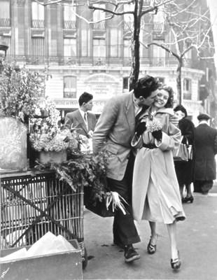 Le couple d'amoureux selon Robert Doisneau.