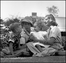 USA.Beverly Hills. 1954. Lauren BACALL, Humphrey BOGART avec leurs enfants Stephen and Leslie. Dennis Stock.