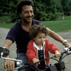 USA. 1983. Dustin HOFFMAN et son fils Jake. Inge Morath.