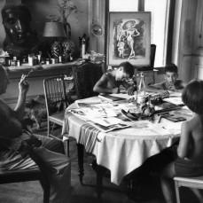 FRANCE. Provence-Alpes-Côte d'Azur. 1957. Pablo PICASSO donne une leçon de dessin à ses enfants. Burri.