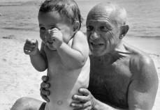 FRANCE. Golfe-Juan. 1948. Pablo PICASSO et son fils Claude. Robert Capa.